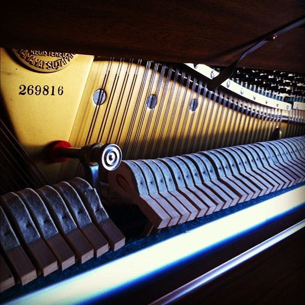 Play piano strings online